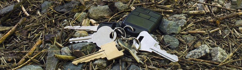 sleutels buiten op de grond